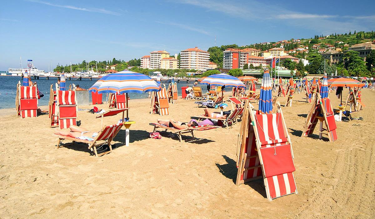 песчаный пляж в Портороже