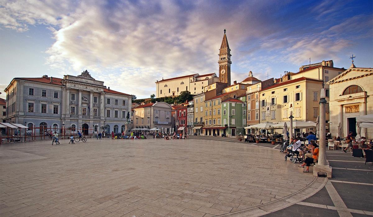 центральная площадь Пирана